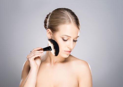化粧をする女性
