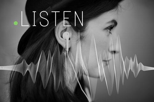 音を聴く女性の写真