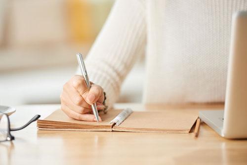 物を書いている人